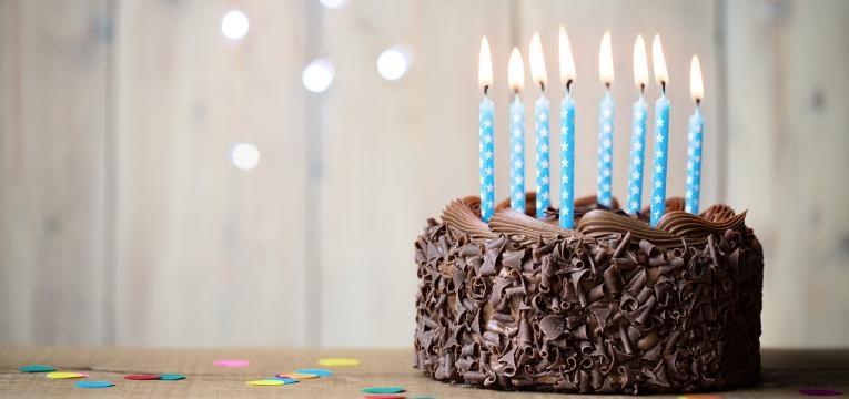 bolo de aniversario com velas azuis