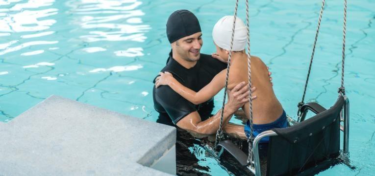 recuperacao de crianca com hidroterapia