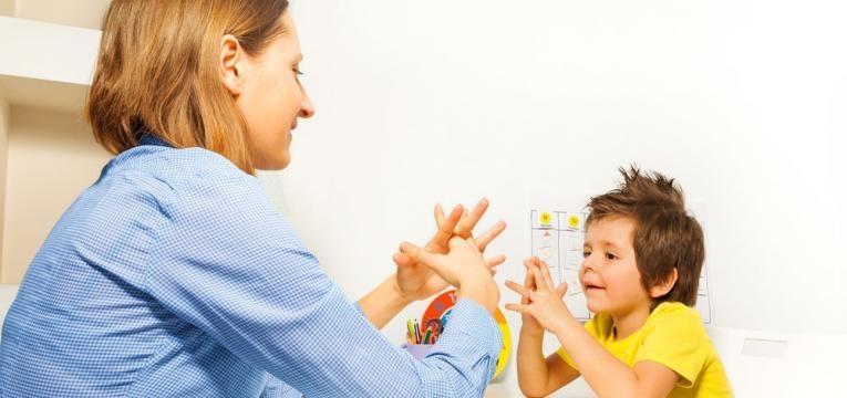 terapeuta e crianca
