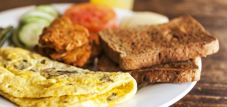 ao de cereais com omelete de cogumelos