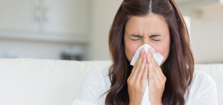 evitar o espirro e mulher a suar o nariz