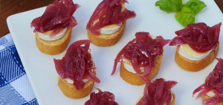 canapes de queijo brie e cebola roxa