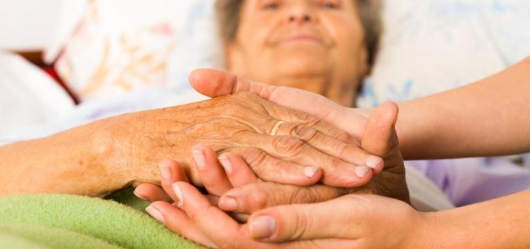 mulher idosa com parkinson