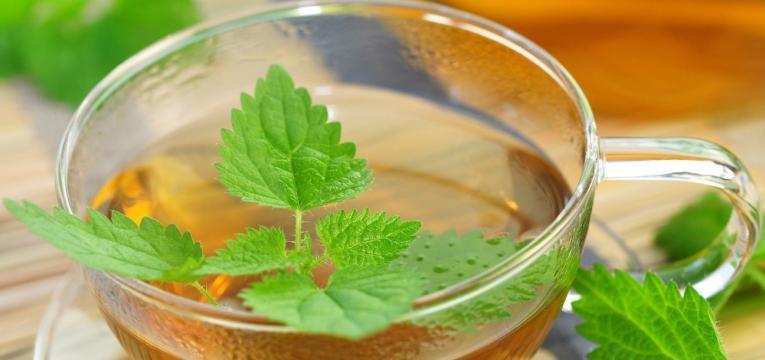 cha verde em chavena de vidro