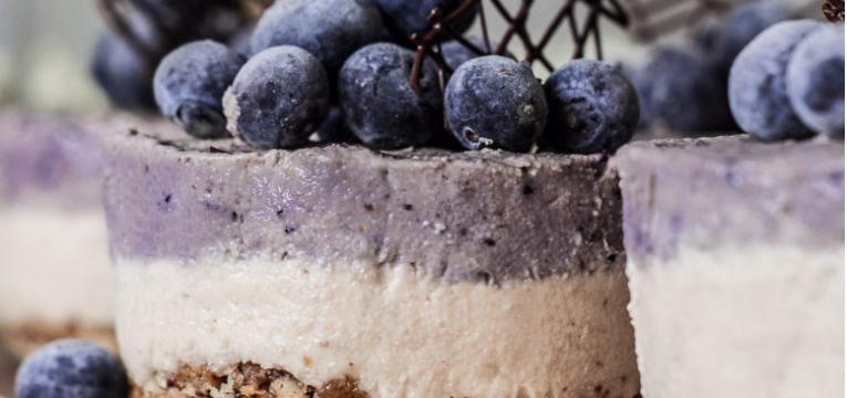 Cheesecake cru de caju e mirtilo