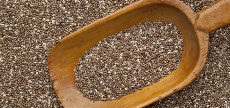 sementes numa pa de madeira