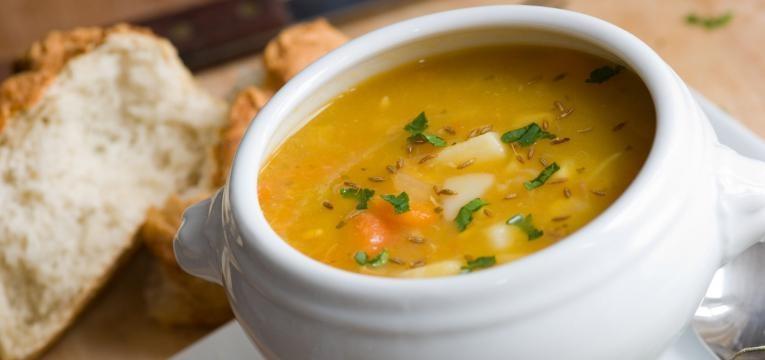 sopa de legumes numa tigela branca