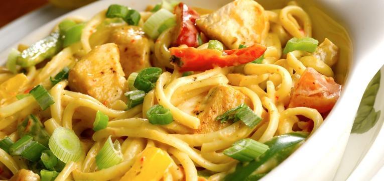 Peito de frango salteado com legumes e esparguete