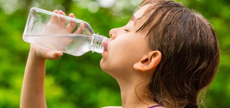 crianca a beber agua nao potavel