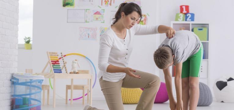 menino em fisioterapia
