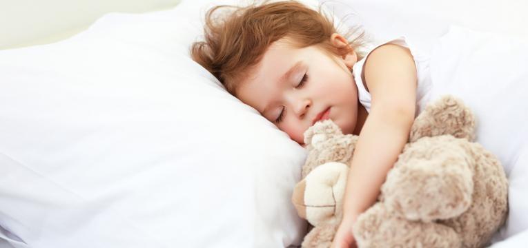 menina a dormir com peluche