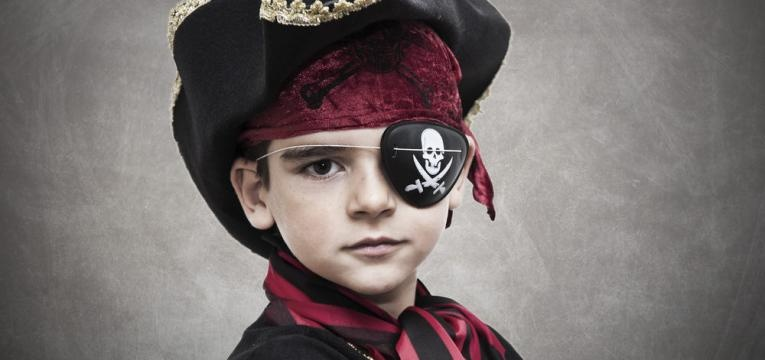 Menino mascarado de pirata