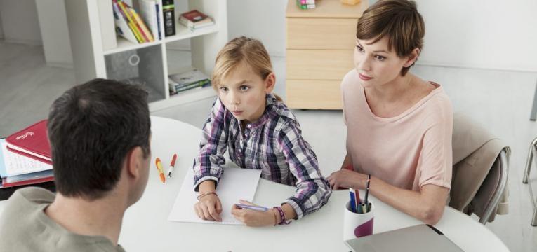 psicoterapeuta e crianca