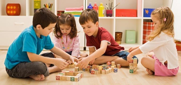 importancia de brincar e criancas a brincar juntas