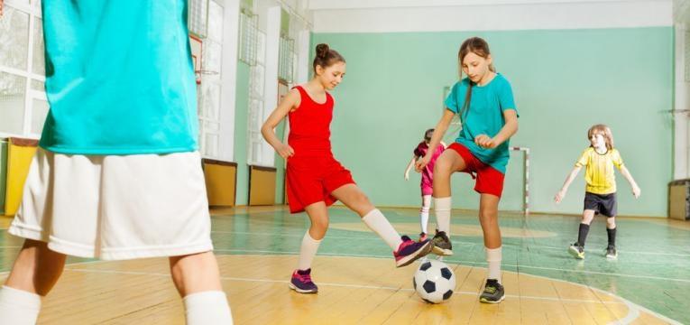 meninas a jogar futsal