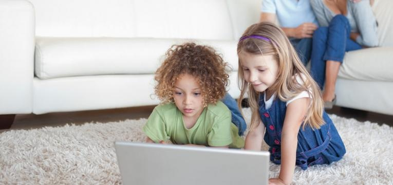 pais a controlar os filhos no computador
