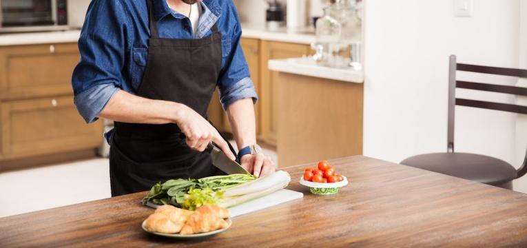 homem a cozinhar em casa