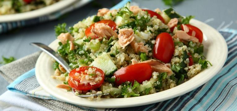 Salada quente de quinoa e salmao