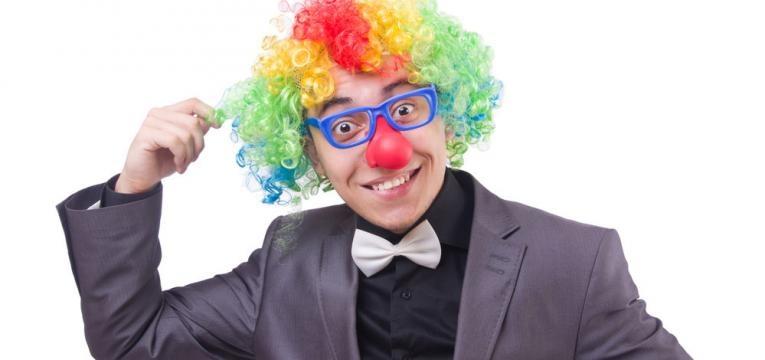 homem mascarado de palhaco empresario