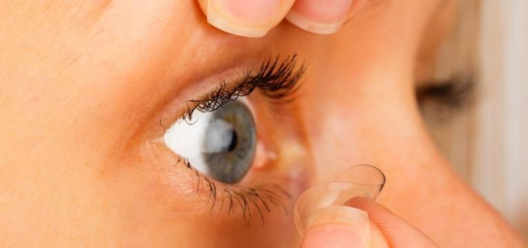 remocao das lentes de contacto