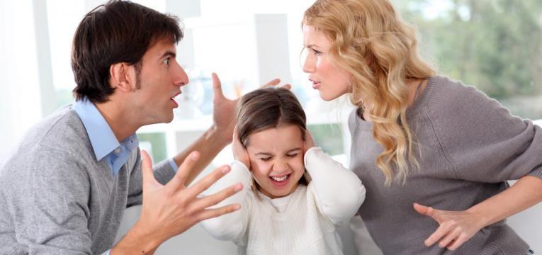 briga de casal e menina angustiada
