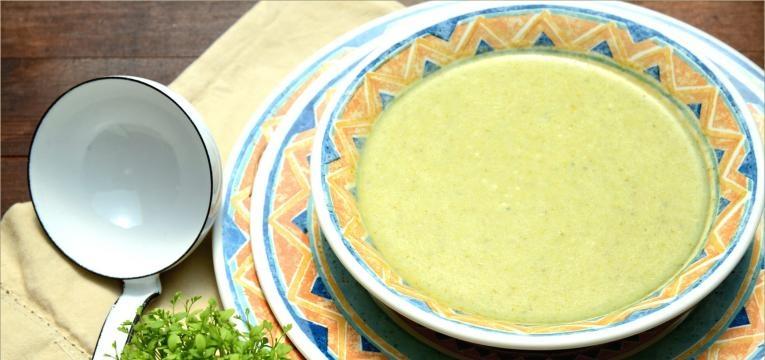 sopa de agriao em prato colorido
