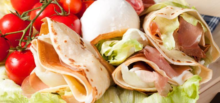 crepioca recheada com queijo mozzarela presunto e tomate