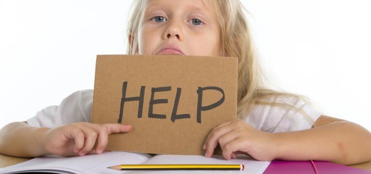 crianca a pedir ajuda para estudar
