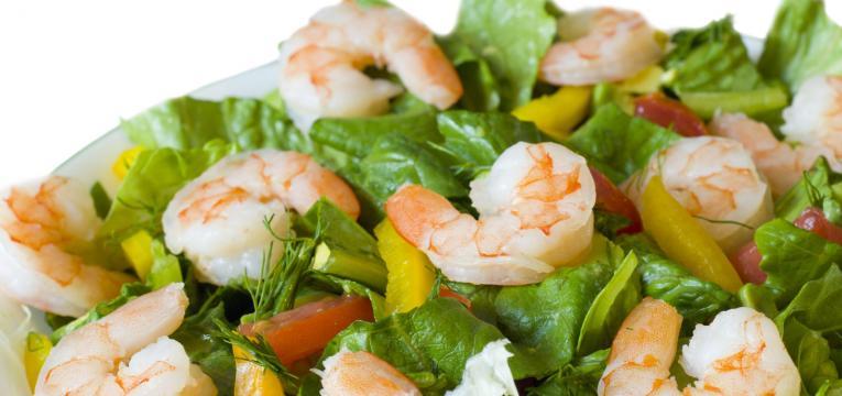 salada colorida de camarao