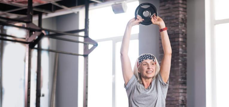 mulher madura e treino de forca