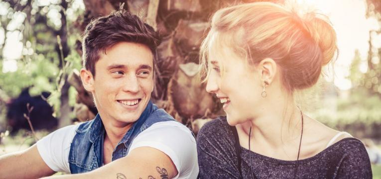 casal de adolescentes apaixonado