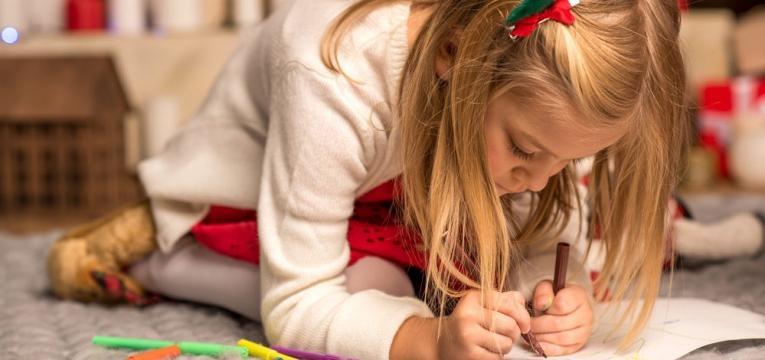 menina a fazer desenhos natalicios