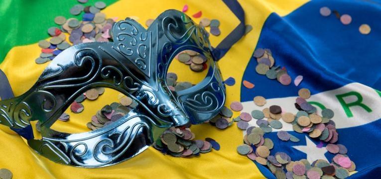 mascara de carnaval e bandeira do brasil