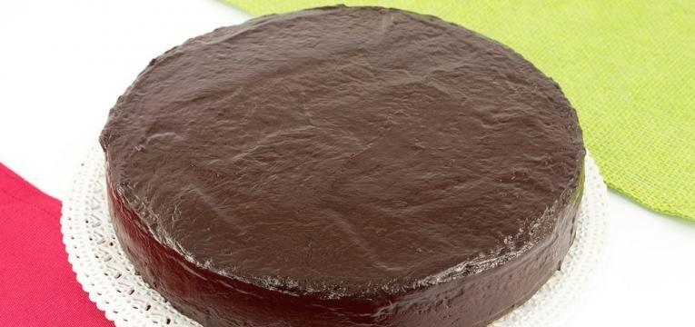 Bolo de chocolate fofinho com cobertura cremosa