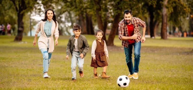 pais e filhos a jogar futebol
