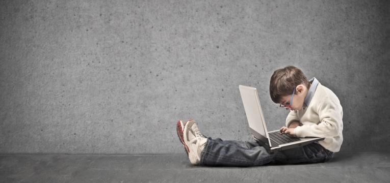 crianca viciada no computador