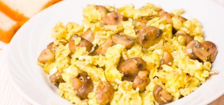 Ovos mexidos com cogumelos