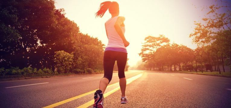 mulher a correr ao ar livre