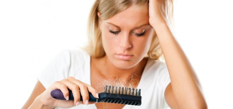 rapariga com queda de cabelo