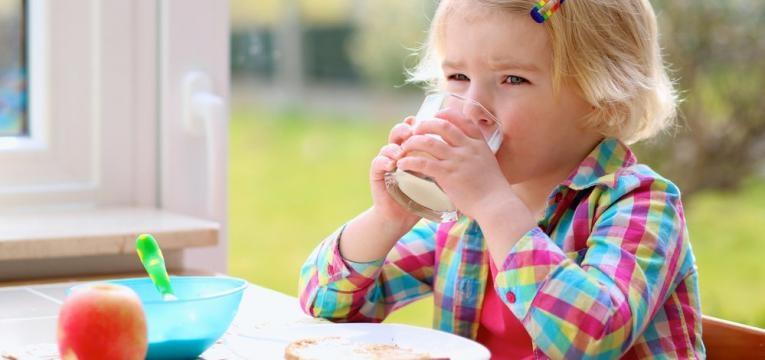 crianca a tomar o pequeno almoco