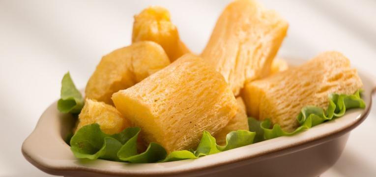 Mandioca frita ao alho e oleo