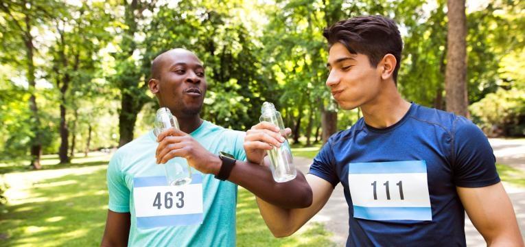 dicas para correr a meia maratona e beber agua