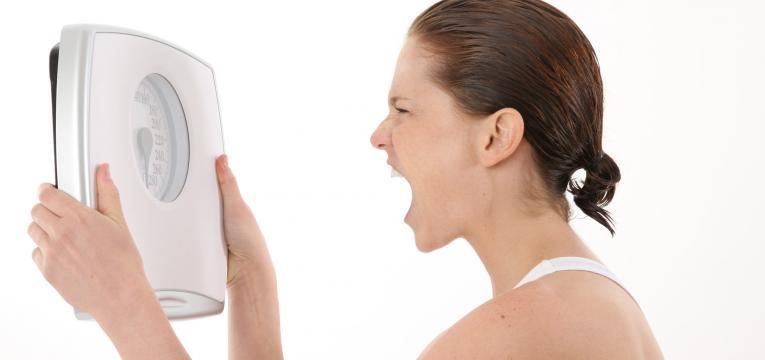 consequencias que surgem quando comemos muito depressa