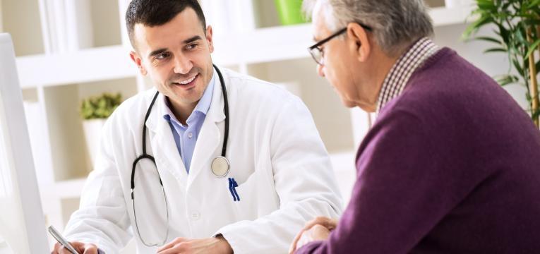 medico sorridente com paciente