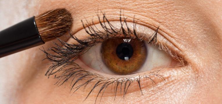 maquilhar os olhos com maquilhagem contaminada