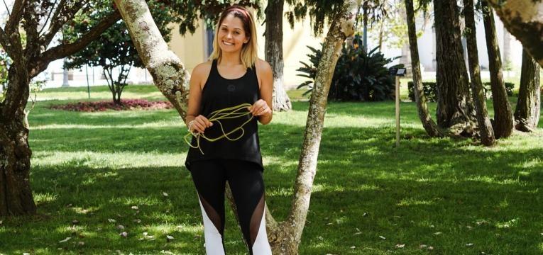 treino superior ao ar livre e saltar as cordas