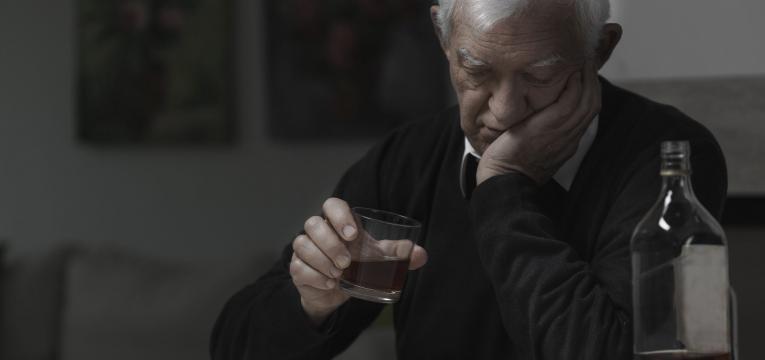 solidao e consumo de alcool em idosos