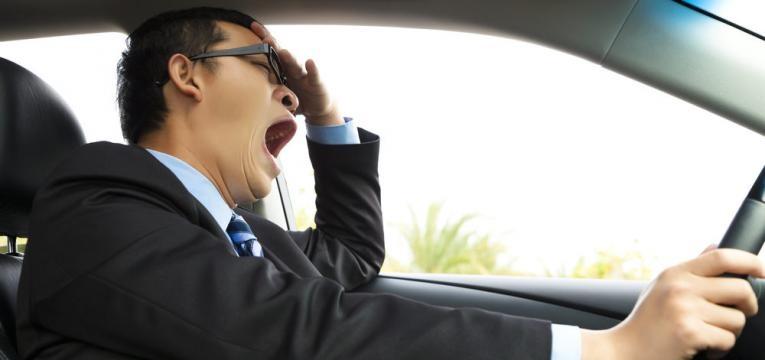 homem ao volante com sono