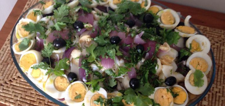 Salada de polvo com ovos e azeitonas