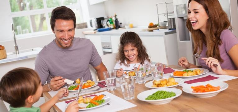 familia feliz a mesa
